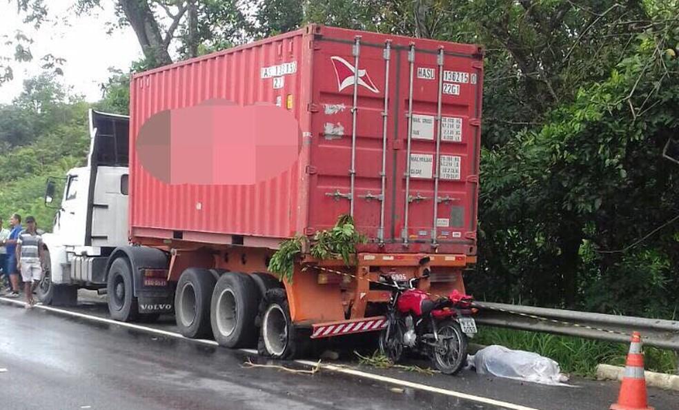 Motociclista faleceu depois de bater em carreta que estava estacionada para trocar pneu (Foto: PRF/Divulgação)