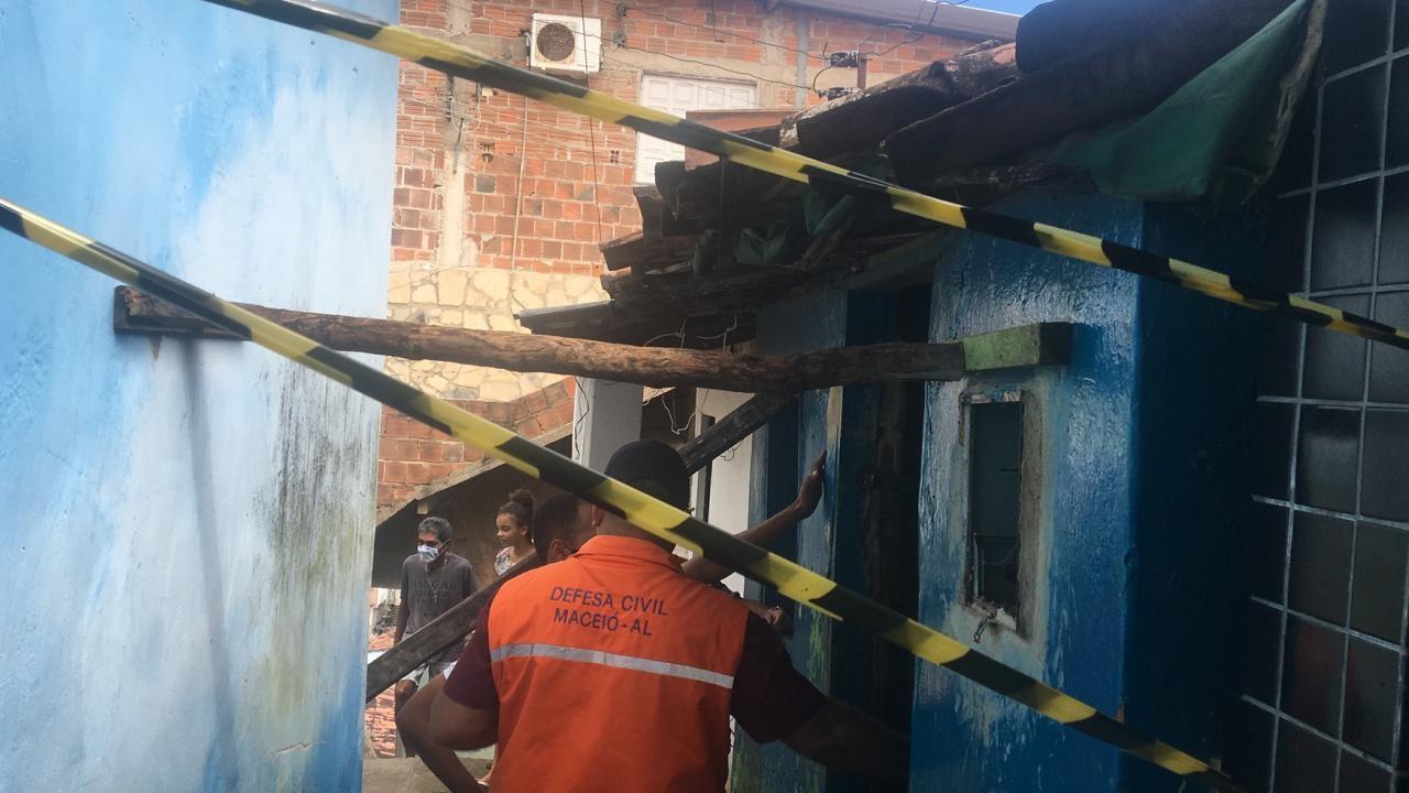 Idoso fica soterrado após parede cair sobre ele no Jacintinho, em Maceió
