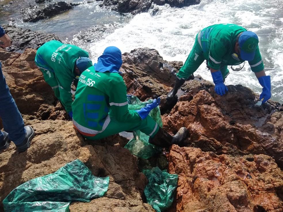 Manchas de óleo voltam a atingir a praia do Rio Vermelho, em Salvador — Foto: Luana Assiz/TV Bahia