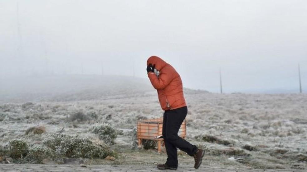 Meteorologistas disseram que é difícil fazer um ranking de maiores registros de neve da história do Brasil — Foto: EPA via BBC
