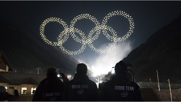The Intel drone light show team produces the Olympic Winter Games PyeongChang 2018 Opening Ceremony drone light show, featuring Intel Shooting Star drones. Intel is providing drone technology at the Olympic Winter Games in South Korea. (Credit: Intel Corp (Foto: Divulgação/Intel)