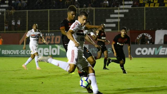 Diego Souza em chute no primeiro tempo