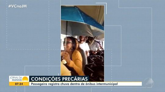 VÍDEO: Água de chuva invade ônibus na BA e passageira é flagrada com sombrinha dentro do veículo; assista