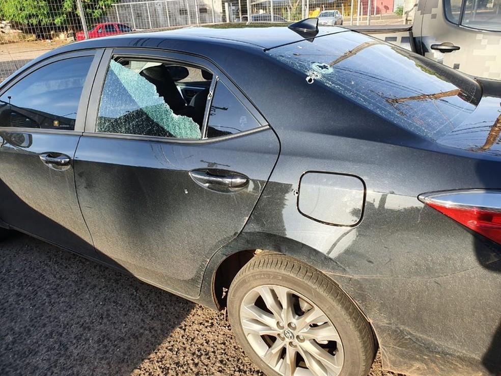Carro do deputado federal com marcas de tiros, segundo publicação dele — Foto: Loester Trutis/ Redes Sociais