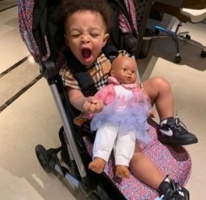 Alexis Olympia, filha de Serena, com a boneca Qai Qai