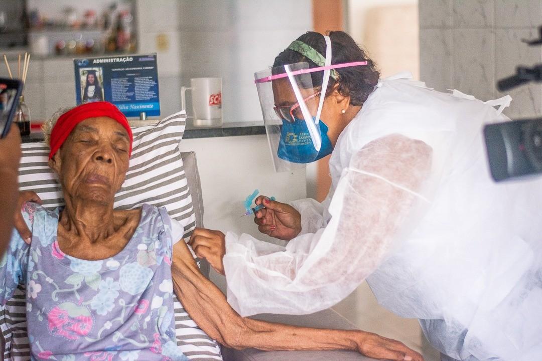 Idosa de 117 anos é vacinada contra Covid-19 no Cabo de Santo Agostinho