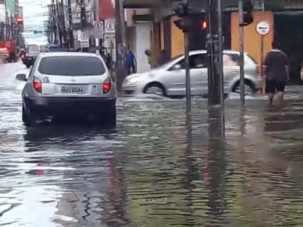 Rua Barão do Rio Branco, no Centro, registra ponto de alagamento durante chuva nesta terça-feira (31) (Foto: Halisson Ferreira/TV Verdes Mares)