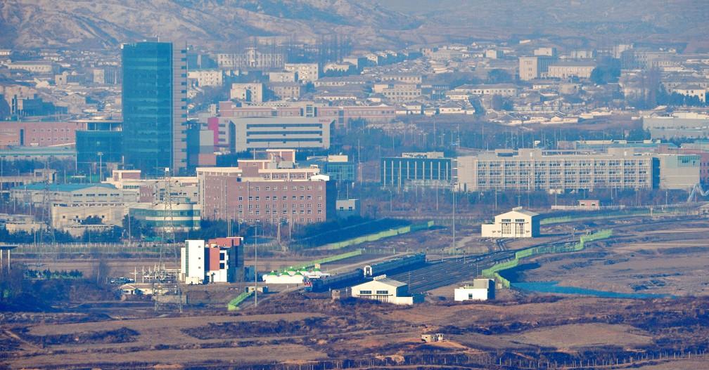Um trem sul-coreano que transporta delegados do sul chega à estação Panmun, na cidade fronteiriça de Kaesong, na Coreia do Norte   — Foto: Yonhap / AFP