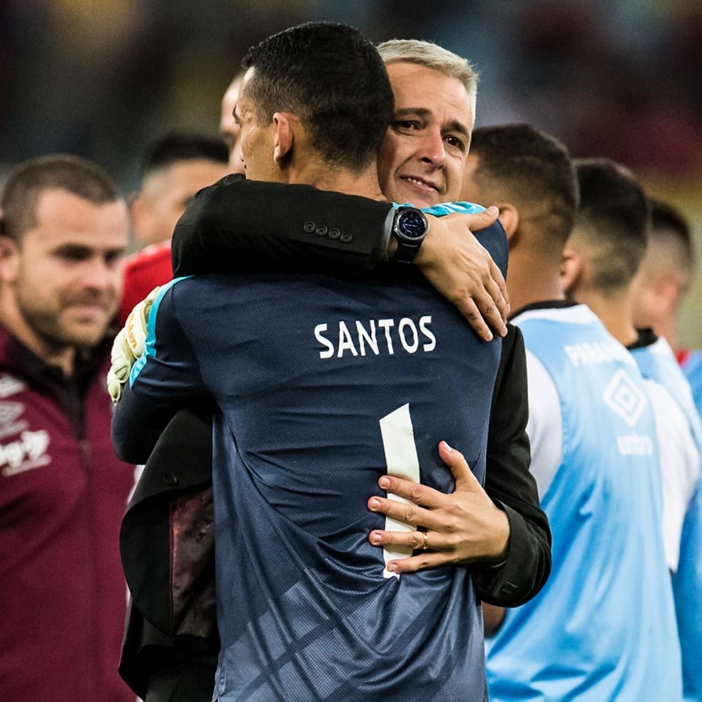 """Tiago Nunes comemora com Santos, que fez duas defesas: """"Me preocupa enaltecer a nossa equipe"""" — Foto: Jorge R Jorge/BP Filmes"""