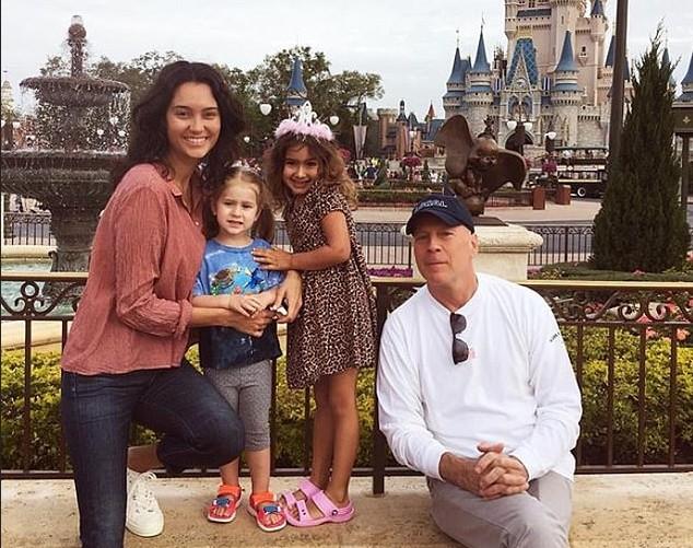 O ator Bruce Willis com a atual esposa e as duas filhas mais novas (Foto: Instagram)