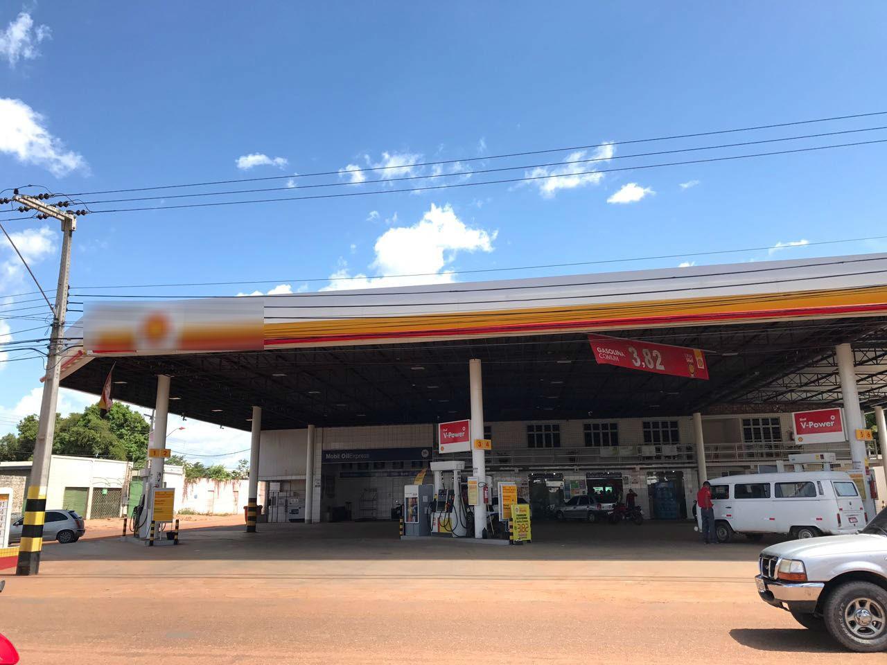 Homem cai de moto e é atropelado por carro forte em posto de gasolina em Boa Vista