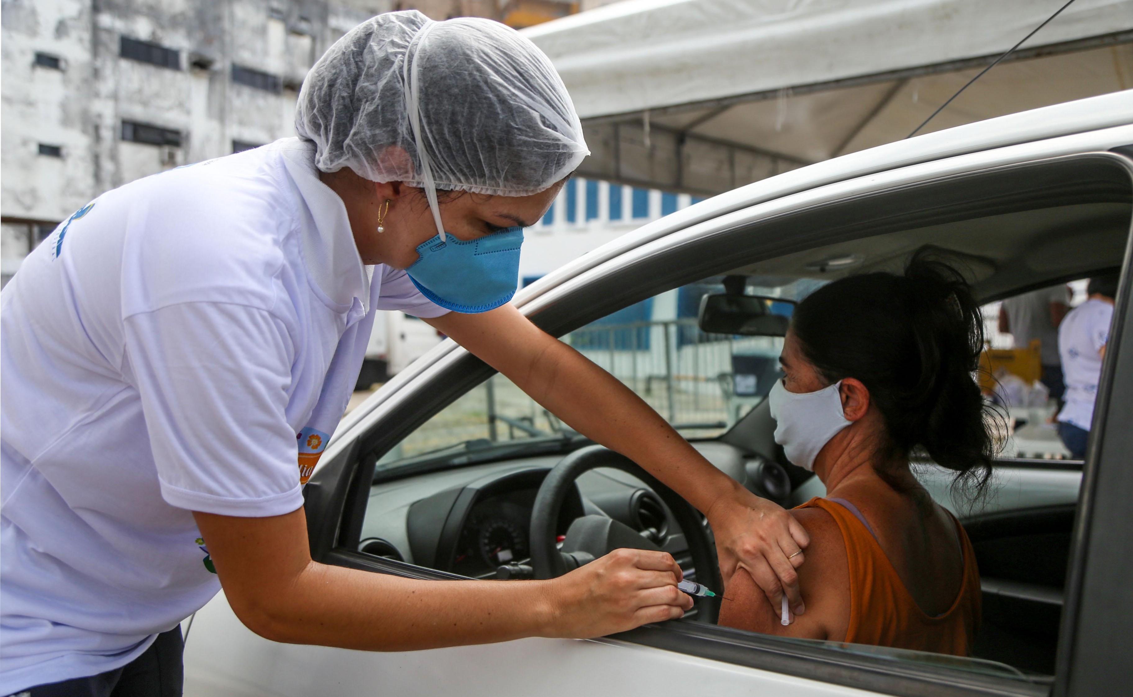 Rodoviários com 18 anos ou mais começam a ser vacinados contra a Covid-19 no sábado em Salvador; imunização de idosos segue