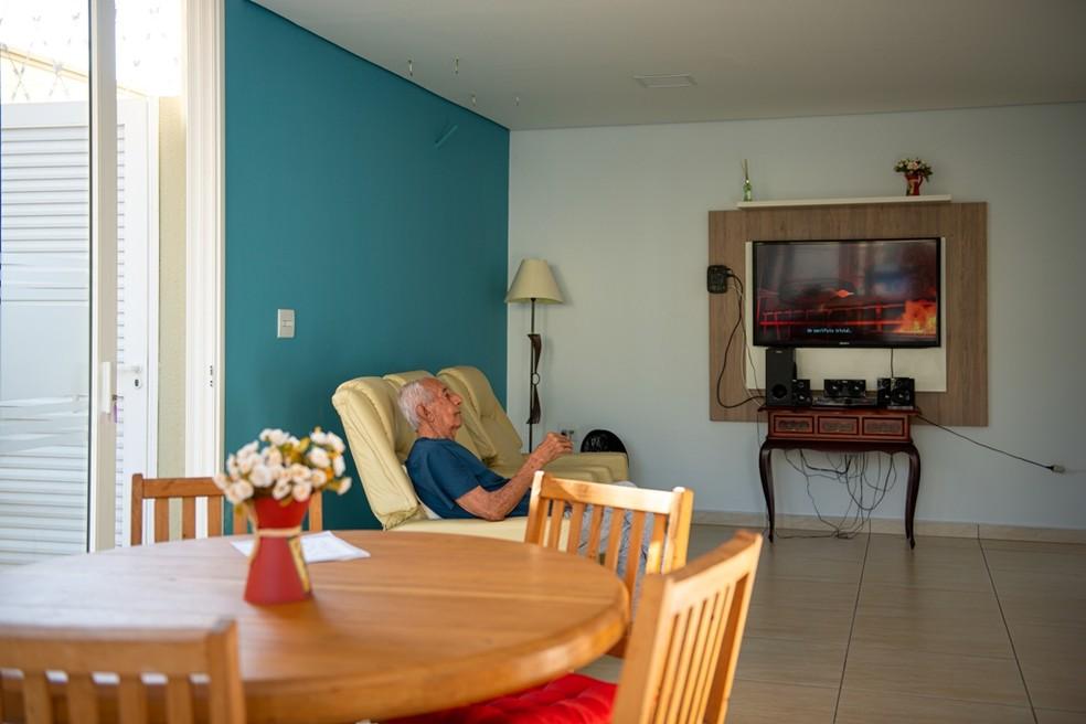 Os idosos têm muito conforto na sala de convivência, onde podem assistir TV, conversar e socializar com os outros moradores do Terça da Serra de Araraquara   — Foto: Crédito: Studio Davi Rosa
