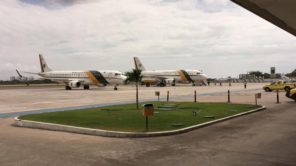 Presidente Jair Bolsonaro desembarca em Sergipe após não conseguir pousar em Paulo Afonso devido ao mau tempo. — Foto: Joice Vieira