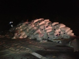 Metade da carga de polietileno ficou espalhada pela pista (Foto: Divulgação/PM Rodoviária)