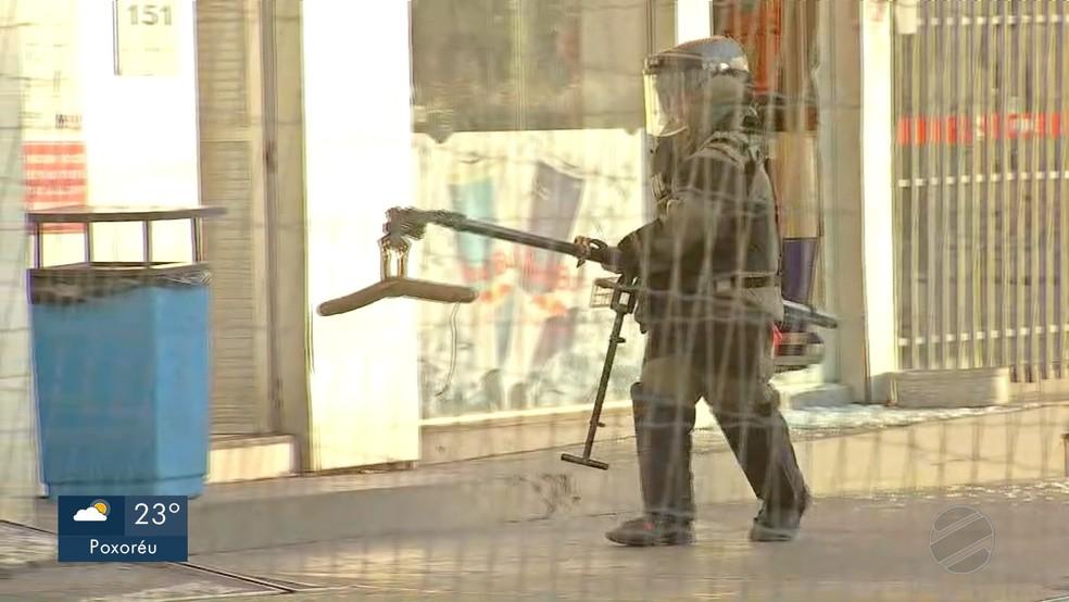 Bope retirou explosivo deixado em posto de combustível em Cuiabá — Foto: TV Centro América/Reprodução
