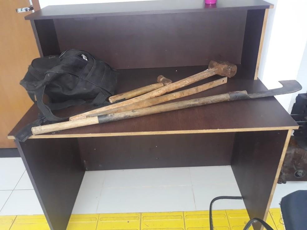 Material apreendido com o autor do crime no sítio da vítima — Foto: Divulgação/Polícia Civil