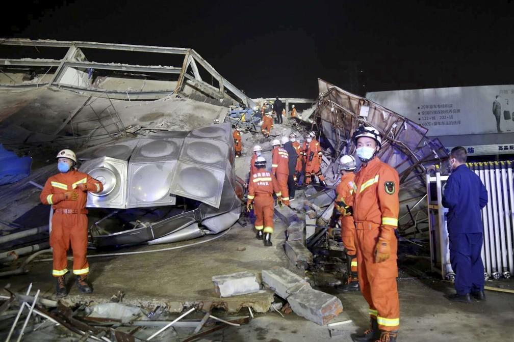 Equipes resgatam vítimas de desabamento de hotel com pessoas em quarentena por coronavírus na China — Foto: Chinatopix Via AP