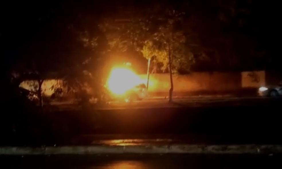 Carro explodiu e pegou fogo, em Boa Viagem, no Recife, deixando motorista ferido — Foto: Reprodução/WhatsApp