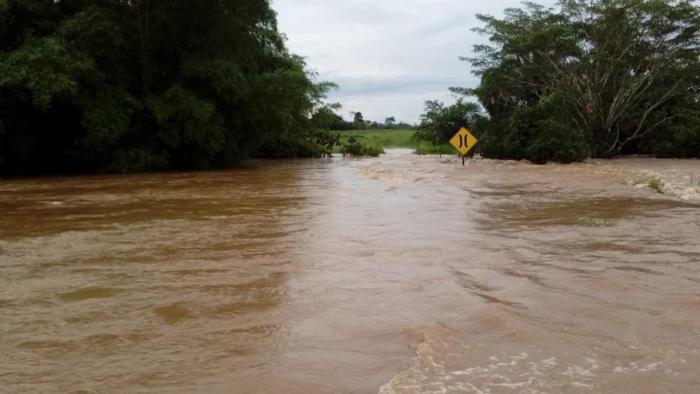 Trânsito foi paralisado por algumas horas em trechos de estradas rurais de Nova União — Foto: Whatsapp/Reprodução