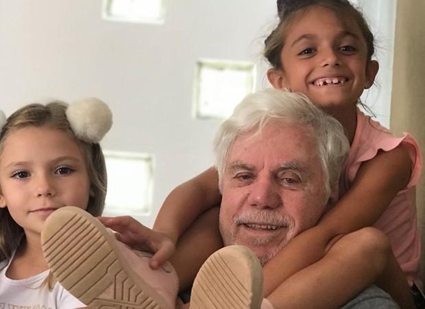 Reginaldo Faria com as netas (Foto: Reprodução/Instagram)