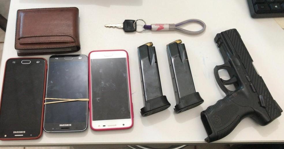 Arma apreendida na casa do PM reformado José Alves — Foto: Divulgação/Polícia Civil