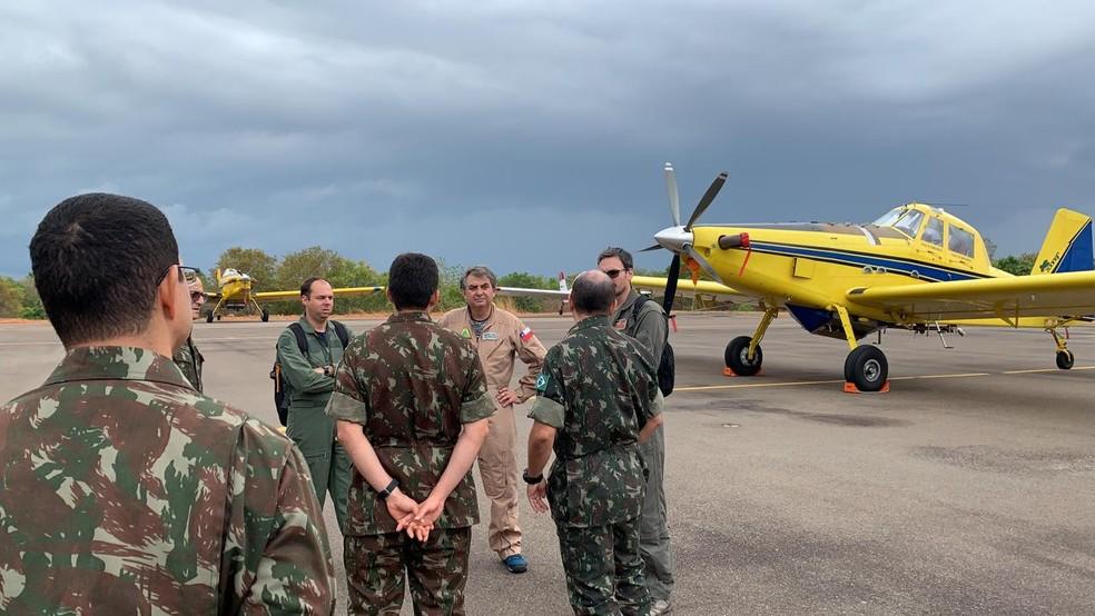 Militares brasileiros conversaram com os pilotos chilenos sobre a operação — Foto: Lucas Machado/TV Anhanguera