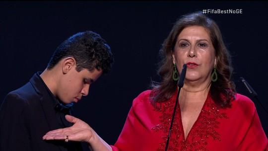 História de mãe brasileira que conta jogo a filho, cego, recebe prêmio de melhor torcedor em cerimônia da Fifa