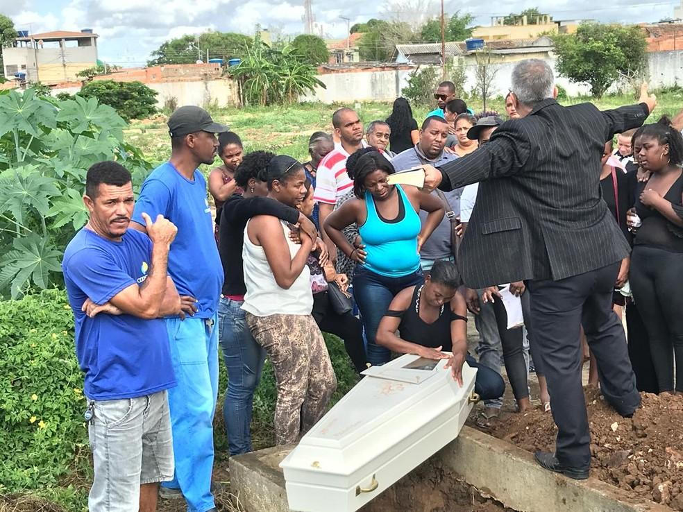O corpo do menino de 10 anos foi enterrado sob forte comoção Cemitério de Caju na manhã desta terça-feira (18) — Foto: Cléber Rodrigues/Inter TV