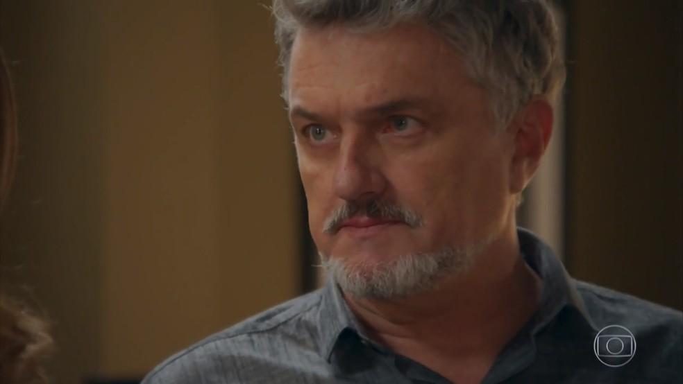 Mário (Werner Schünemann) revela a Vitória (Betty Gofman) que pretende reaparecer como Guido - 'Haja Coração' — Foto: Globo