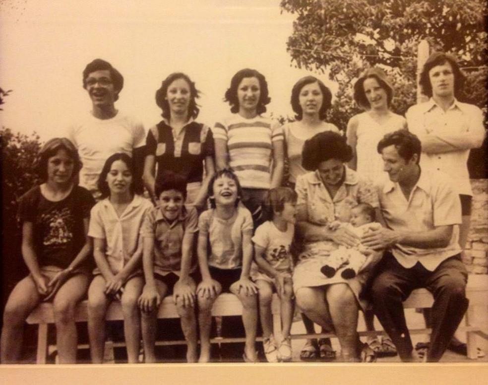 José Brombal com a esposa e os 12 filhos na década de 70 (Foto: Arquivo Pessoal)