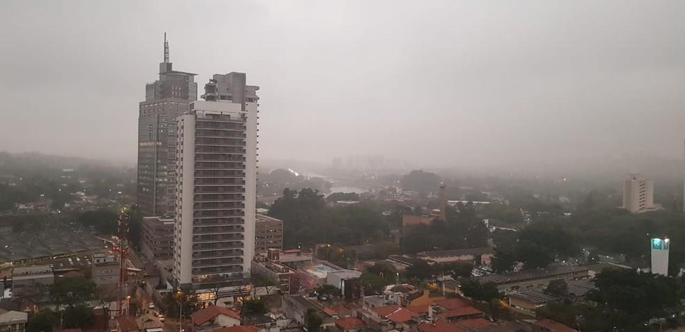 Região de Pinheiros com céu encoberto por nuvens.  — Foto: Priscila Yazbek/GloboNews
