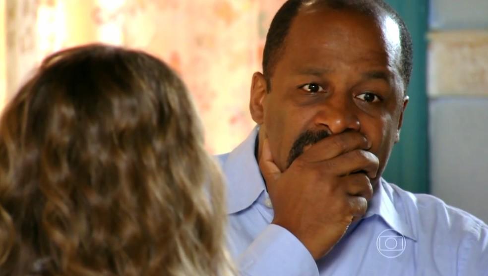 Quirino (Ailton Graça) conta a Ester (Grazi Massafera) que Alberto (Igor Rickli) armou cilada para Cassiano (Henri Castelli) - 'Flor do Caribe' — Foto: Globo