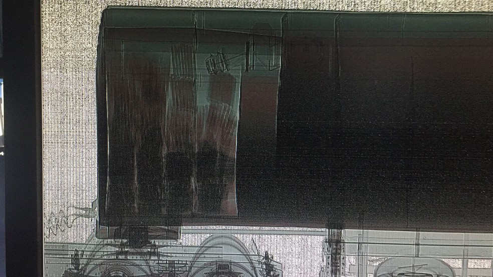 Droga foi encontrada em fundo falso de caminhão-tanque após passar por raio-x no Porto Seco de Foz do Iguaçu, nesta segunda-feira (9) (Foto: Receita Federal/Divulgação)