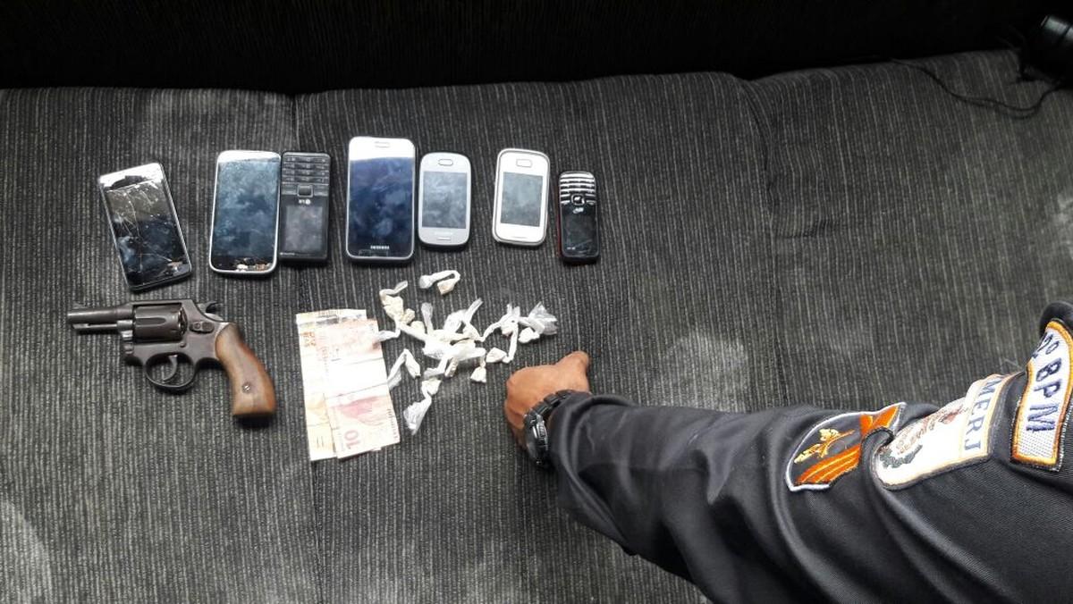 Três jovens são detidos com arma de fogo e cocaína em Casimiro de Abreu, no RJ