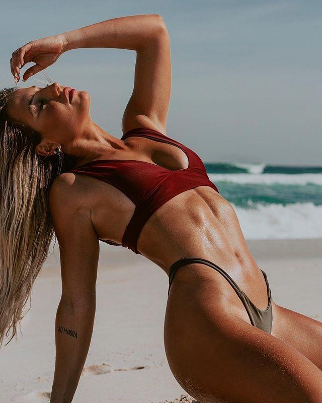 Uau! Bruna Griphao esbanja sensualidade em clique na praia - Revista Marie  Claire   Celebridades