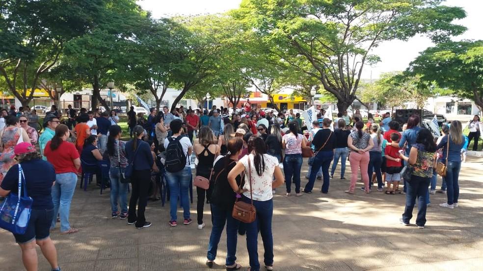 VILHENA, RO, 09h55: Ato é realizado em praça da cidade e manifestantes distribuem folhetos — Foto: Renato Barros/Rede Amazônica
