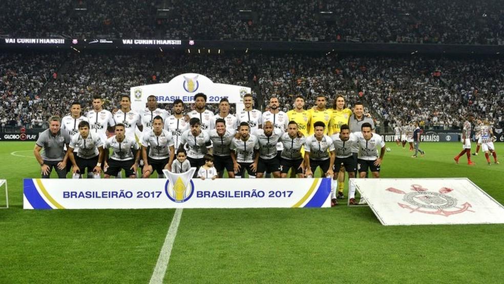 Elenco do Corinthians posa para foto oficial do título no jogo contra o Fluminense, em Itaquera (Foto: Marcos Ribolli/GloboEsporte.com)