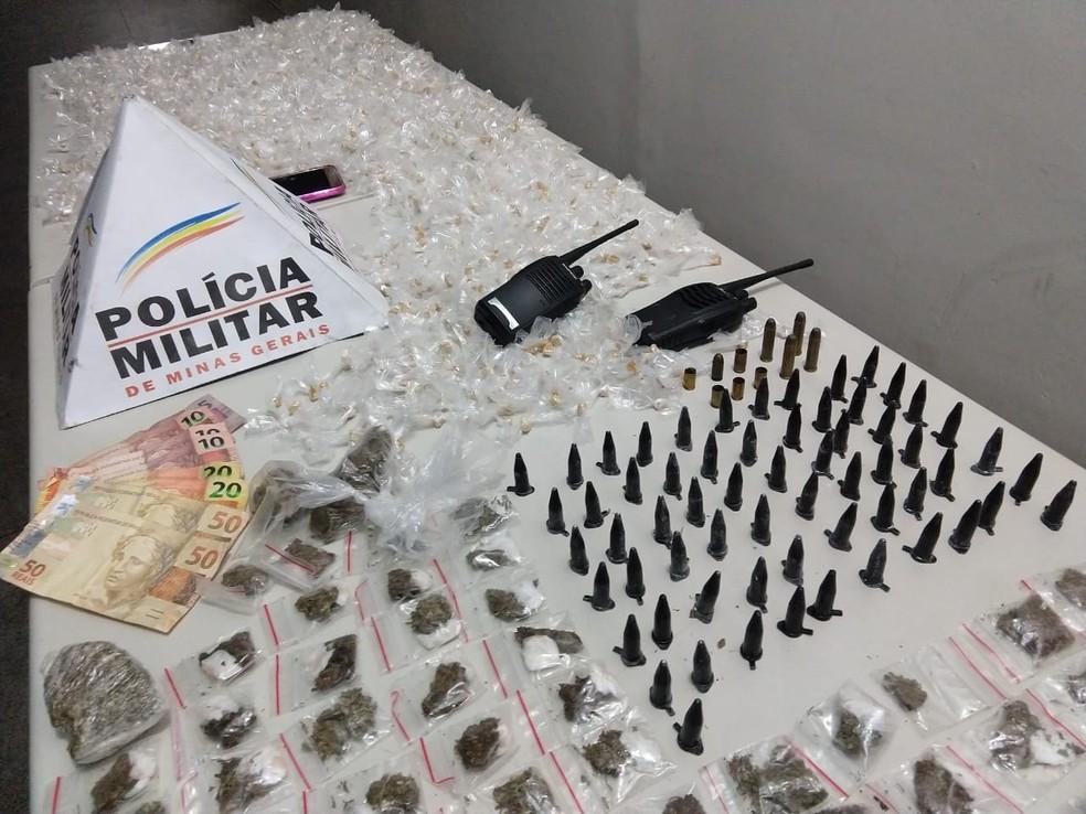 CInco são presos com cerca de 1,5 mil pedras de crack, buchas de maconha e pinos de cocaína no Cabana do Pai Tomáz, em BH — Foto: Divulgação/Polícia Militar