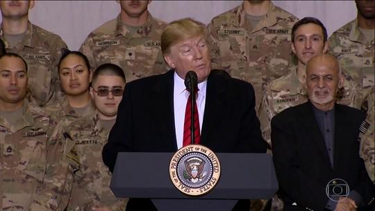 Em visita surpresa, Trump serve jantar de Dia de Ação de Graças a militares no Afeganistão