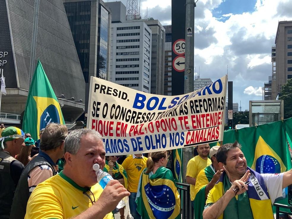 Manifestantes protestam a favor do governo na Avenida Paulista — Foto: Patrícia Figueiredo/G1