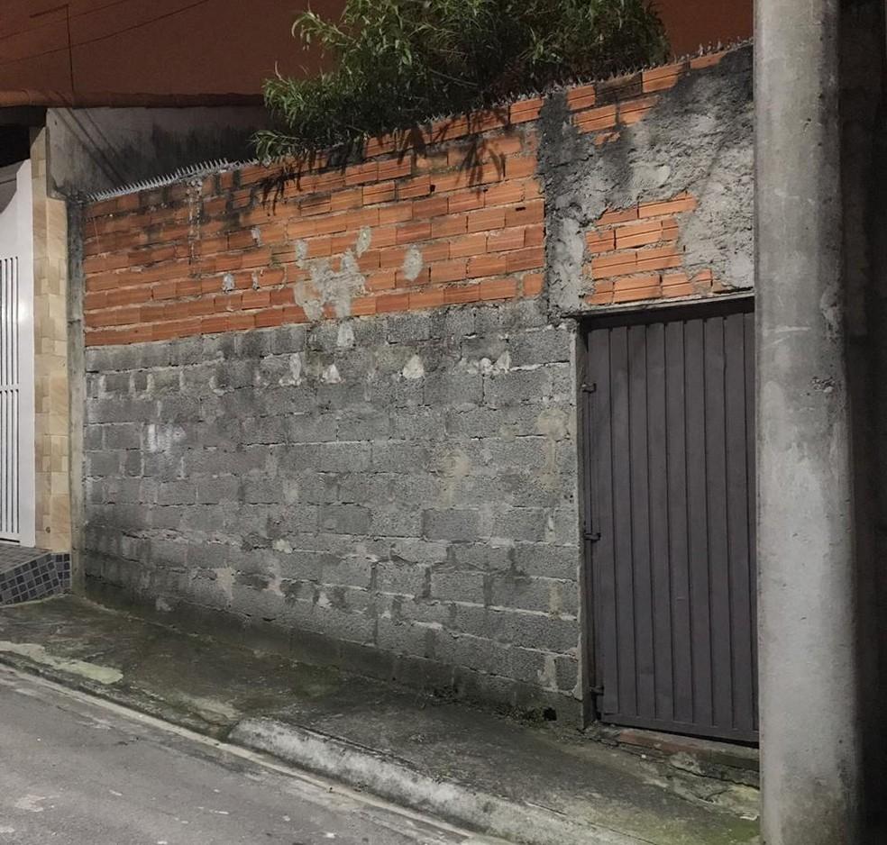 Corpo de idosa, de cerca de 60 anos, que não era vista há cerca de dois anos por vizinhos é encontrado dentro de casa em Ferraz de Vasconcelos — Foto: Polícia Militar/Divulgação