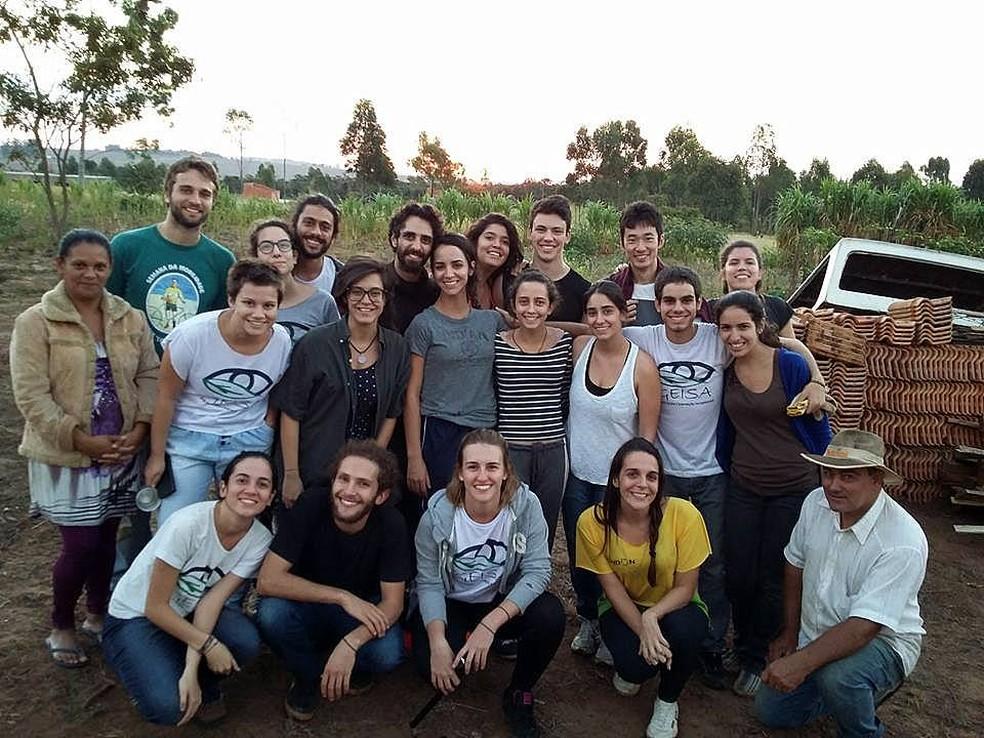 Geisa junto com uma das famílias beneficiadas pelos projetos em São Carlos (Foto: Arquivo Pessoal)