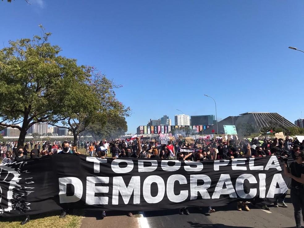 Manifestantes fazem ato contra Bolsonaro, a  favor da democracia e contra o racismo, na Esplanada, em Brasília, neste domingo (7) — Foto: Afonso Ferreira/G1