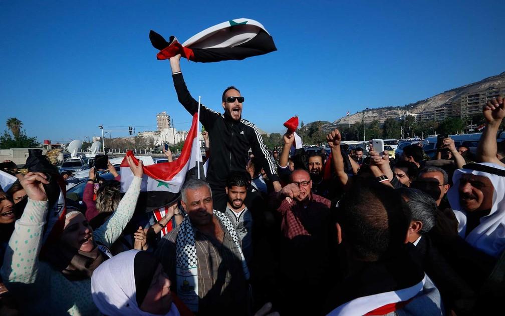 Manifestantes entoam gritos contra o presidente dos EUA, Donald Trump (Foto: Hassan Ammar / AP Photo)