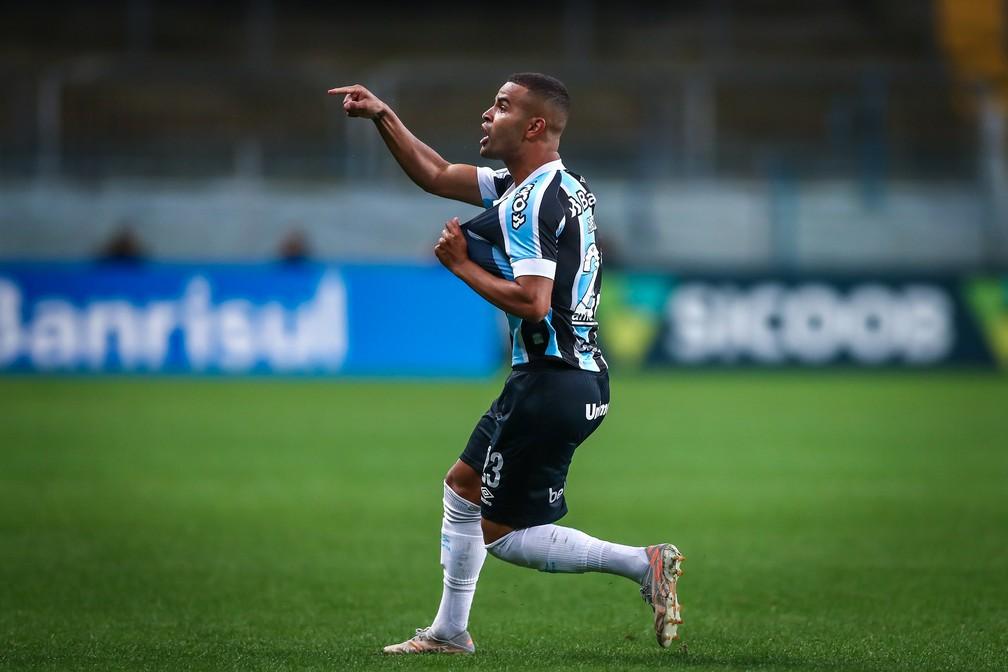 Alisson desabafa com a torcida após marcar contra o Cuiabá — Foto: Lucas Uebel / Grêmio FBPA