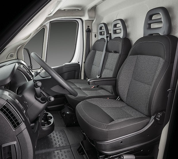 O espaço interno do Fiat Ducato foi pensado para proporcionar maior conforto ao motorista (Foto: Divulgação)
