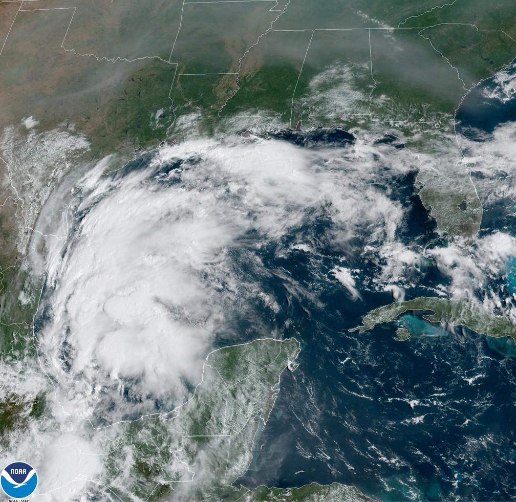 Imagem satélite do furacão/tempestade tropical Nicholas sobre o Golfo do México em 12 de setembro de 2021 — Foto: NOAA vía AP