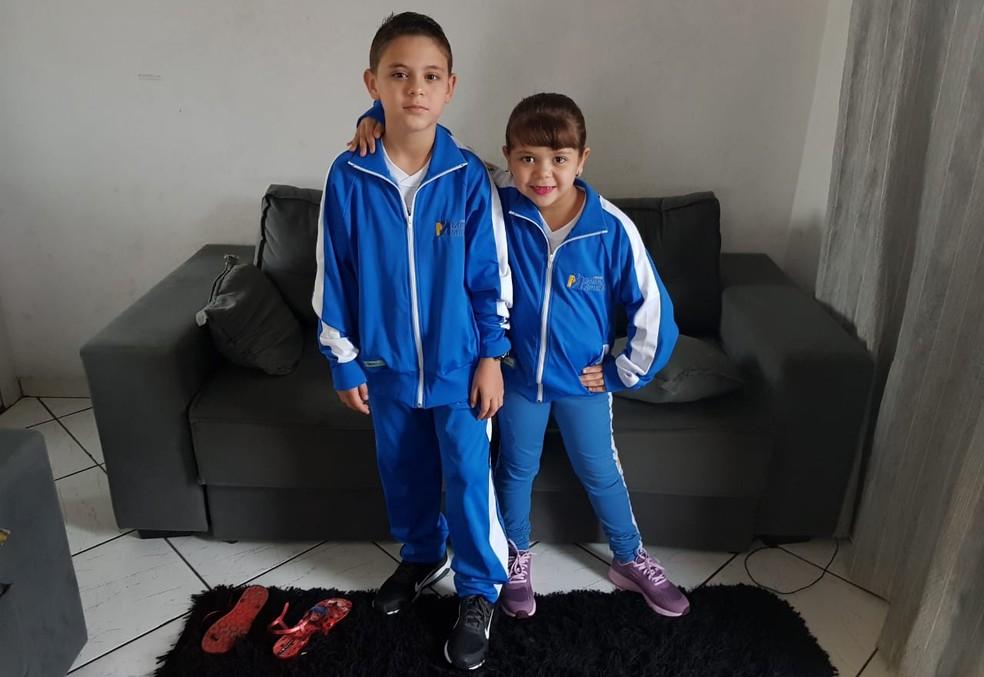 Vinicius Schvartz e sua irmã com o uniforme da nova escola. — Foto: Arquivo pessoal