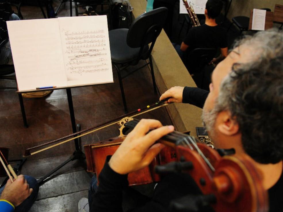 Estudante da Escola de Música lendo partitura em ensaio para apresentação — Foto: Pedro Ventura/Agência Brasília